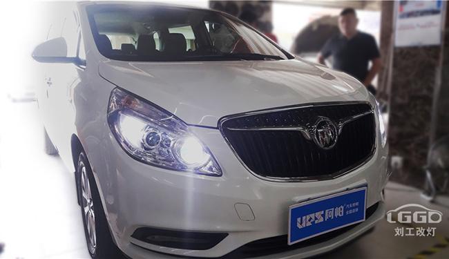 别克GL8原车散光严重 ,改装定制LED双光透大幅度改善灯光环境